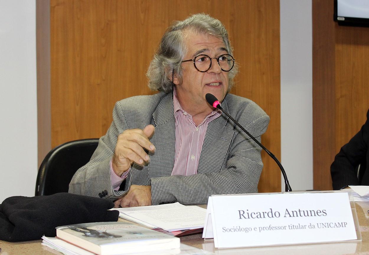 O sociólogo Ricardo Antunes, especialista em uberização do trabalho: pandemia tende a ter como consequência o aumento brutal do desemprego e a precarização ainda mais profunda da classe trabalhadora (Foto: Divulgação)