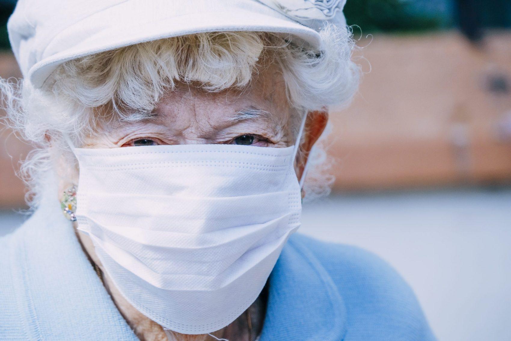 Proteção: idosos têm mais probabilidade de desenvolver sintomas graves da covid-19 (Foto: Sandrine Mulas/AFP)