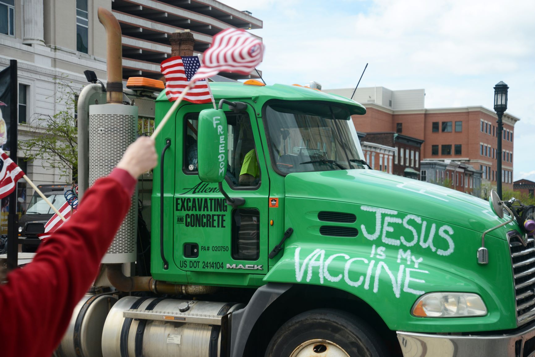 """Caminhão com a inscrição """"Jesus é a vacina"""" em manifestação em Harrisburg, no estado da Pensilvânia: como no Brasil, apelos religiosos são comuns nas manifestações contra o isolamento social nos EUA (B.A. Van Sise/NurPhoto/AFP)"""