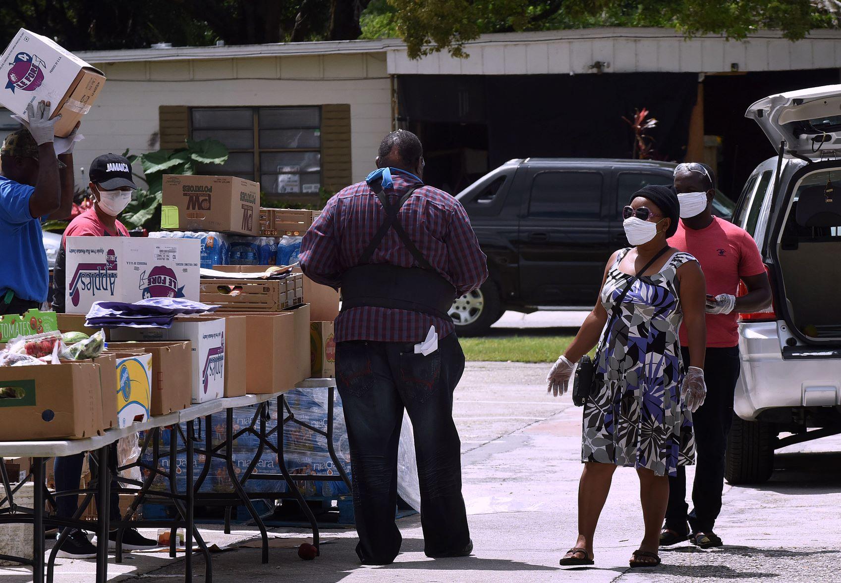 Fila de desempregados em banco de comida na Flórida (EUA): recuperação dos nível é desafio para o capitalismo após a pandemia (Foto: Paul Hennessy/NurPhoto/AFP)