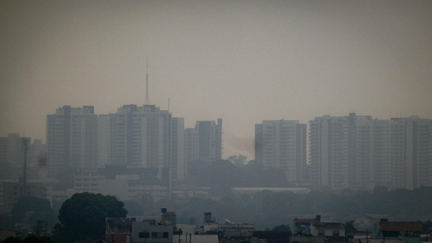 Nuvem de fumaça das queimadas sobre Manaus: risco de ainda mais casos de covid-19 em população mais vulnerável a doenças respiratórias (Foto: Alberto Cesar Araújo/Amazônia Real)