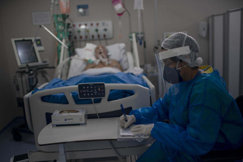 Enfermeira trabalha na Unidade de Terapia Intensiva (UTI), onde pacientes infectados com o novo coronavírus estão sendo tratados no Hospital Público Doctor Ernesto Che Guevara, em Marica, no Rio de Janeiro. Foto Mauro Pimentel/AFP