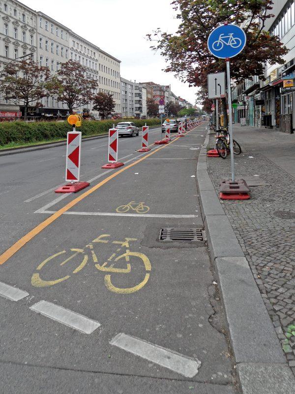 Ciclofaixa temporária em Berlim, na Alemanha. Foto C. Connola / Flickr