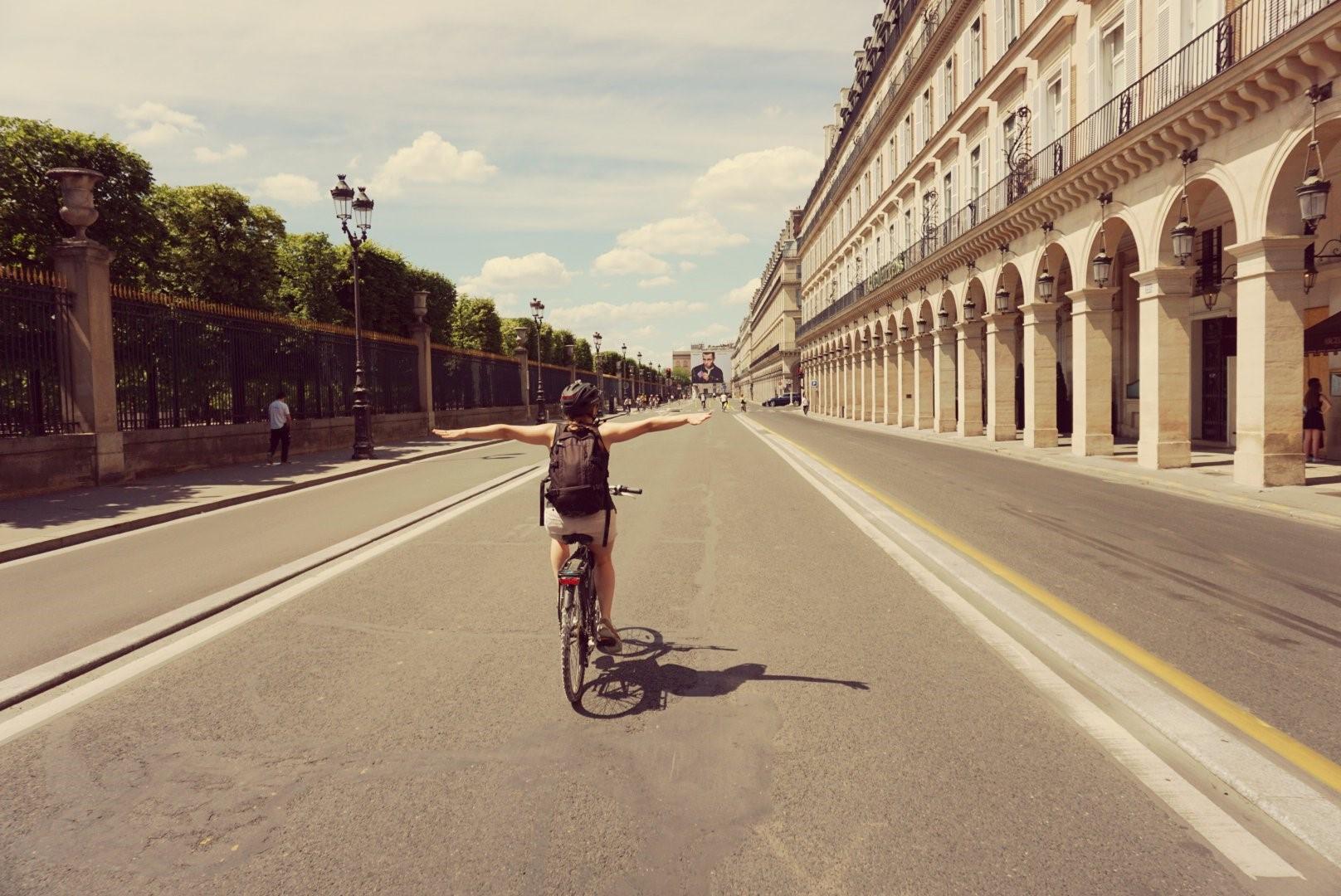 Rue de Rivoli, em Paris, aberta apenas para bicicletas, pedestres e ônibus. Foto B. Amann / Flickr