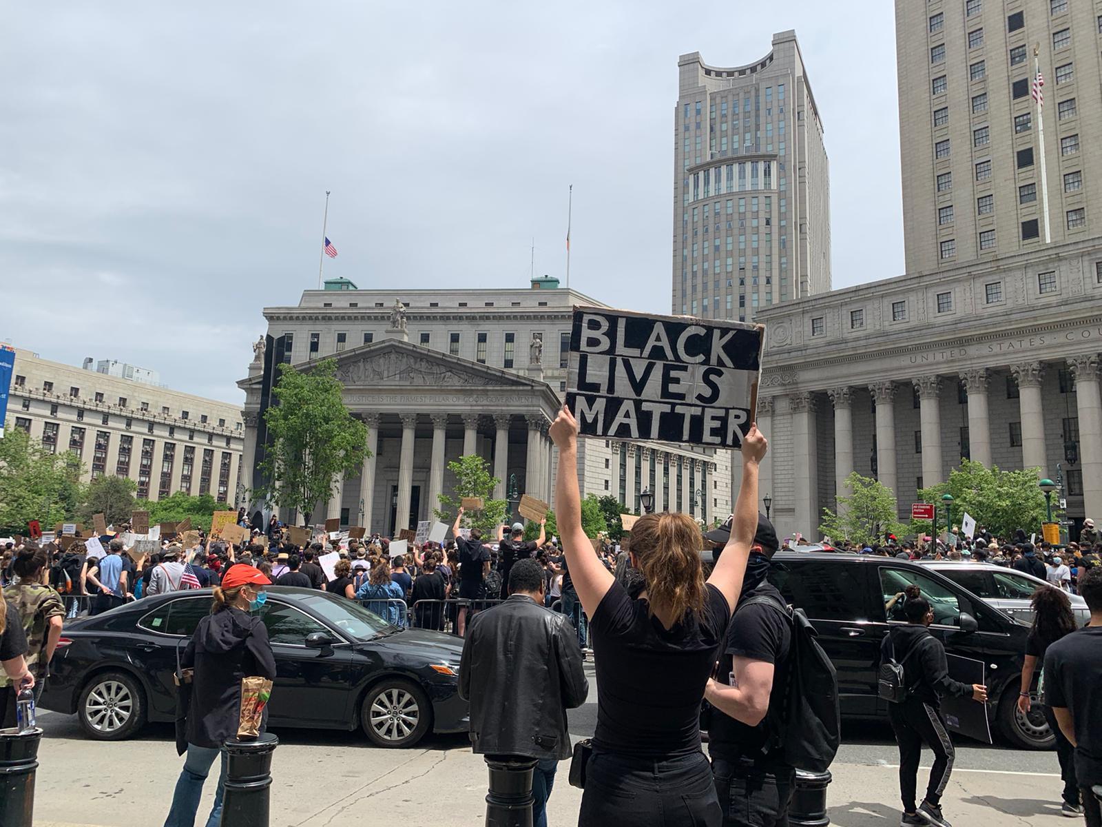 """Manifestação batizada de 'A Vigil and March for Black Lives"""" (Uma vigília e marcha pelas Vidas Negras) em Nova York (EUA), nesta terça-feira, 2/6: sétimo dia consecutivo de protestos contra a violência racial e homenagens às vítimas (Foto: Viviane Faver)"""