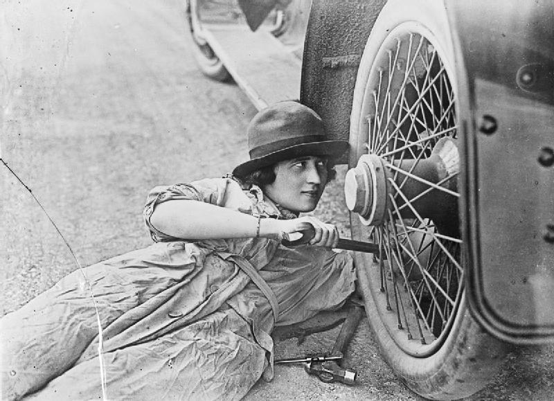 Mulher no local de trabalho durante a Primeira Guerra Mundial: conflito fez com que mulheres partissem para ofícios braçais que necessitavam do uso de roupas leves (Foto: Nicholls Horace / Public domain)