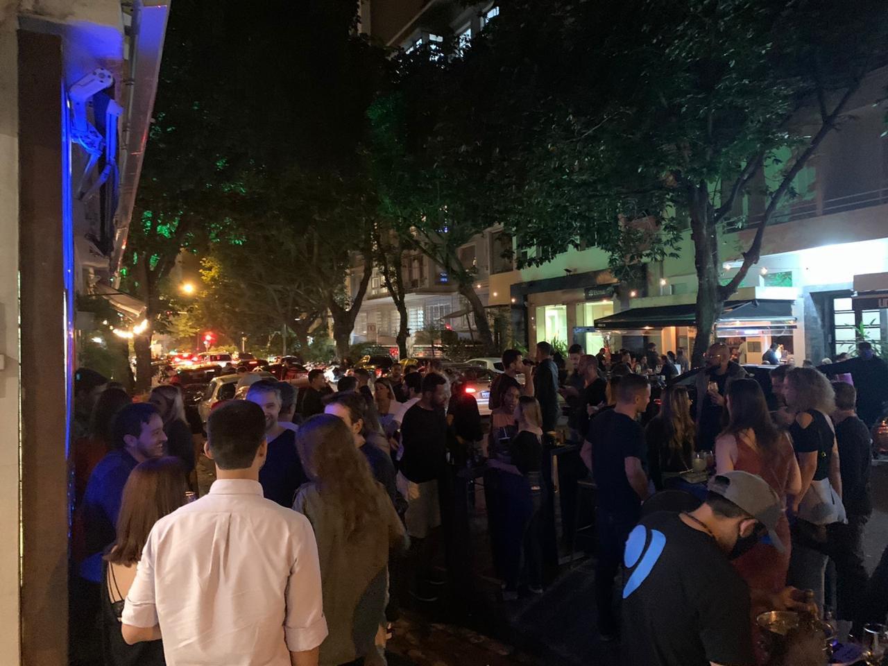 A surrealista aglomeração na Rua Dias Ferreira, no Leblon, ninho dos ricos cariocas. Reprodução do Twitter