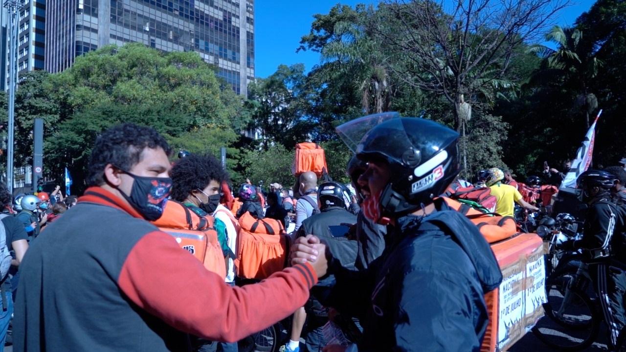 Nas ruas, com outros entregadores, Paulo Lima diz que tem vivido de contratos temporários de motoboy. Foto Renato Maretti