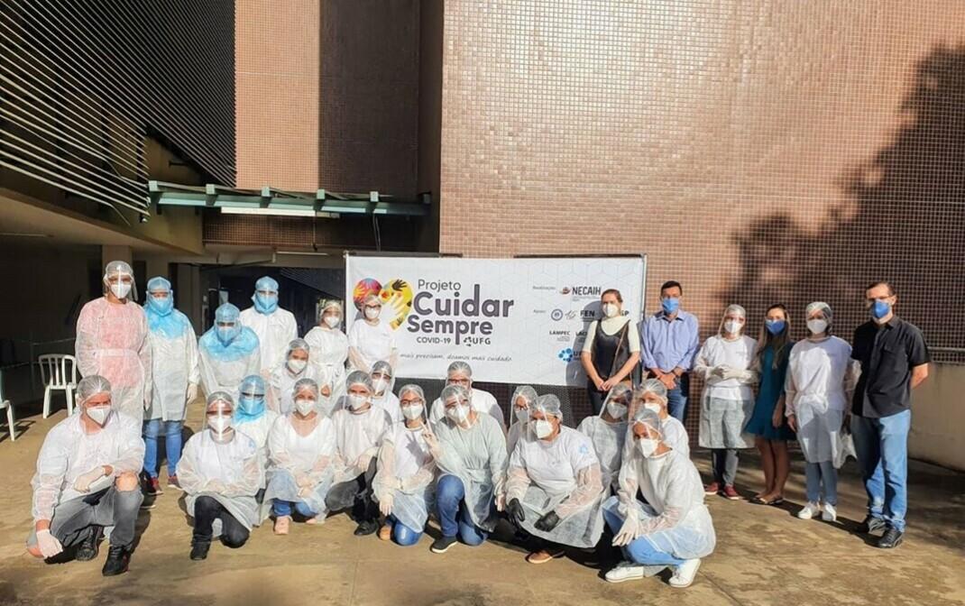 Equipe de professores e alunos da Faculdade de Enfermagem: testagem de vulneráveis começou por catadores (Foto: Divulgação/UFG)