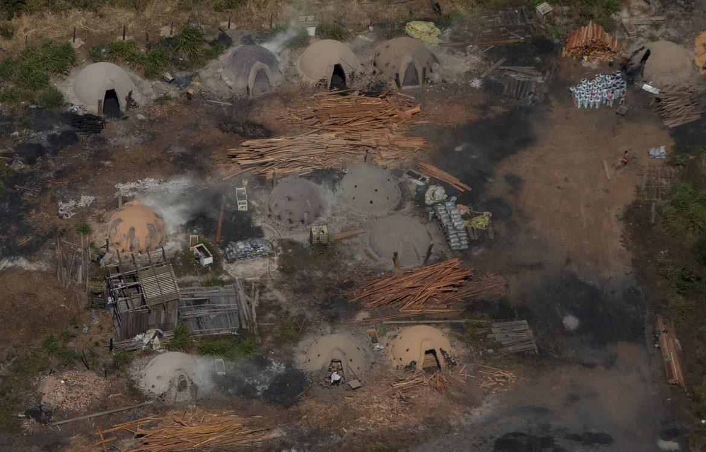 Carvoaria em local conhecido como Vila Nova Samuel, próximo a Porto Velho: floresta sob ameaça (Foto: Bruno Kelly/Amazônia Real)