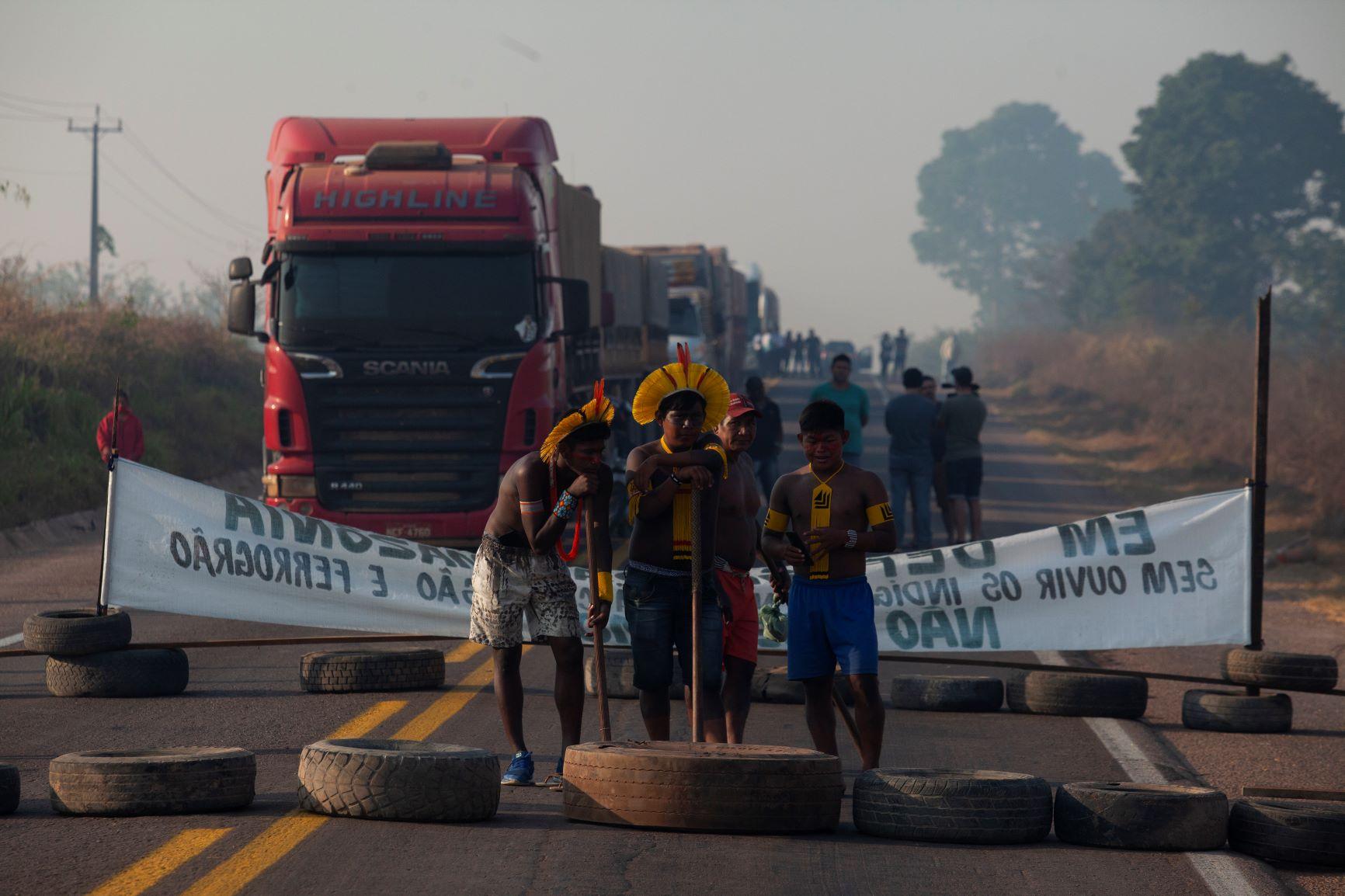 Indígenas fecham BR-163 sob fumaça das queimadas: protesto contra invasão de terras e falta de assistência para enfrentar covid-19 (Foto: Ernesto Carriço/NurPhoto/AFP)