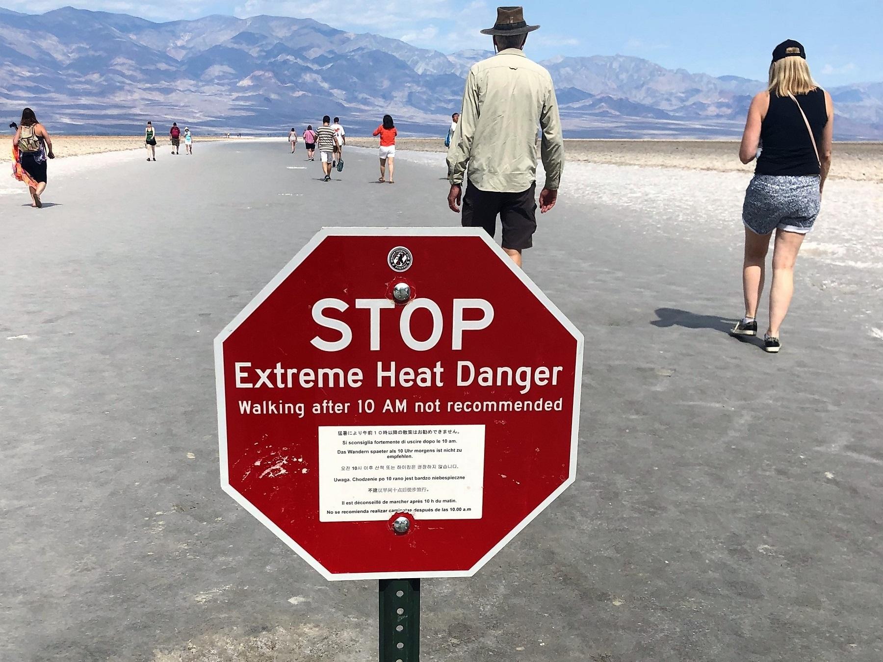 Placa adverte sobre o forte calor numa região que já foi cenário de filme de Michelangelo Antonioni, música do Pink Floyd e capa de álbum do U2. Foto Carla Lencastre