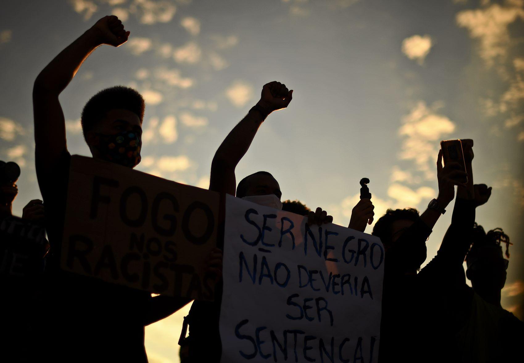 Jovens negros em manifestação contra o racismo e em defesa da democracia no Rio de Janeiro: protestos de cara nova (Foto: Carl de Souza/AFP)