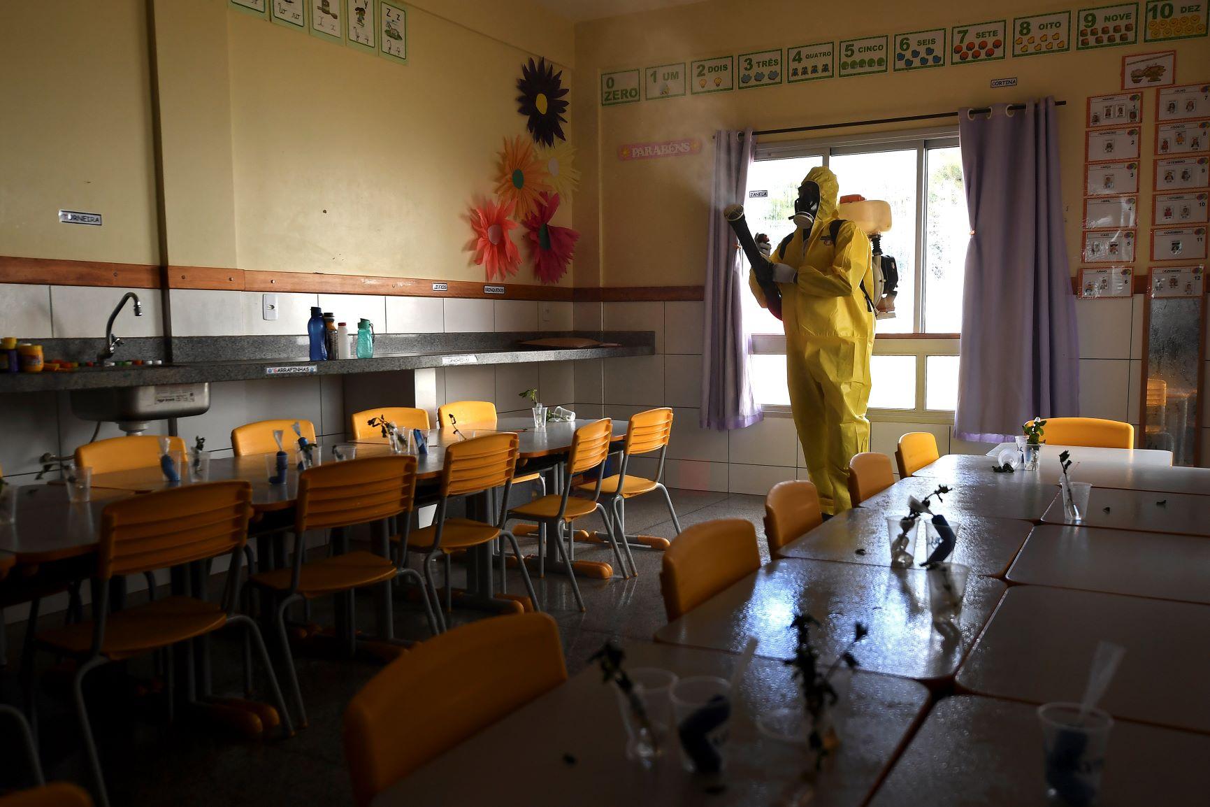 Trabalho de desinfecção em escola pública de Brasília: desafio pós-pandemia é evitar que sistema de ensino aumente a desigualdade (Foto: Evaristo Sá/AFP)