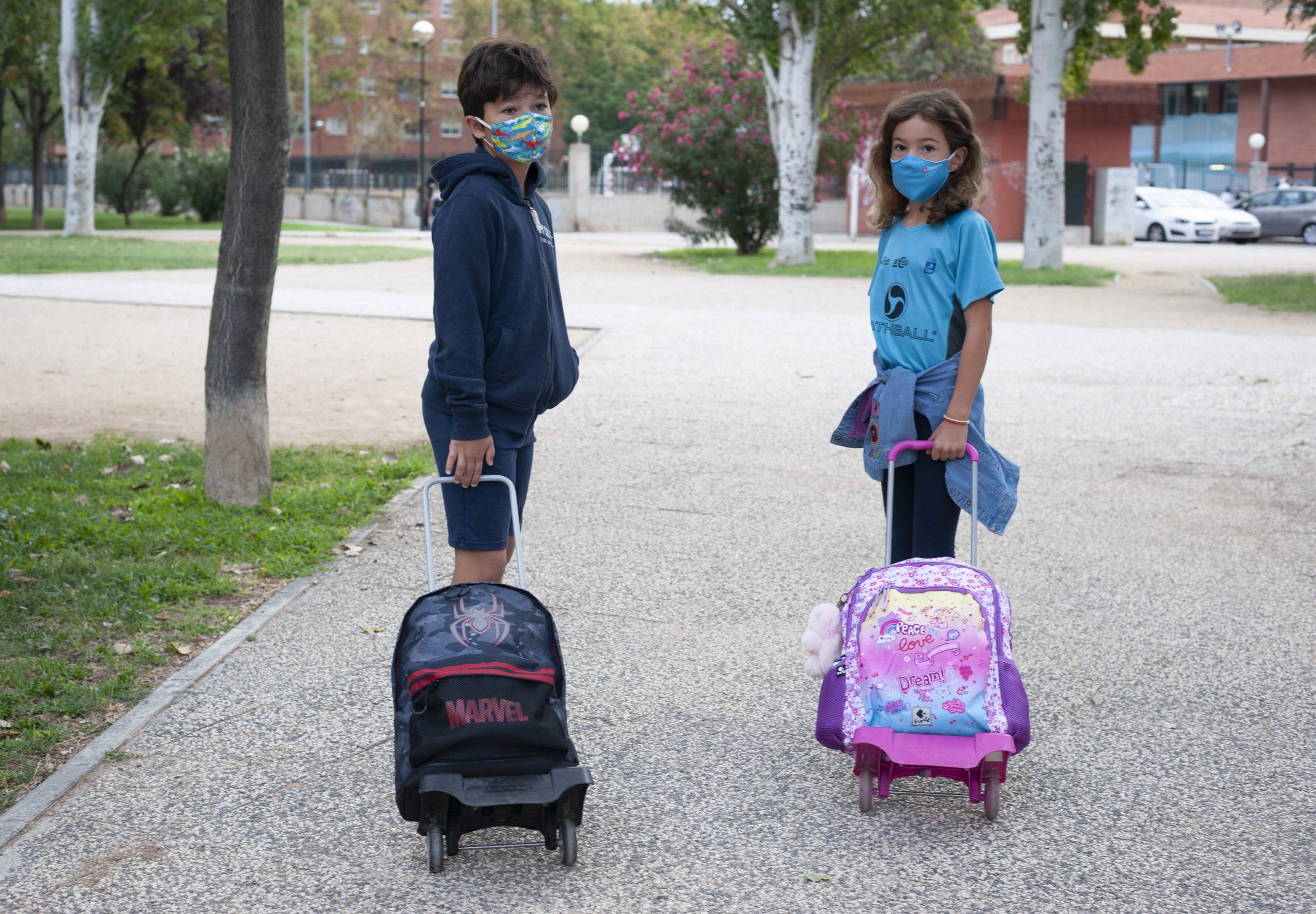 Hugo e Carolina Sanchez vão à escola em Saragoça. Foto/ Rosane Marinho