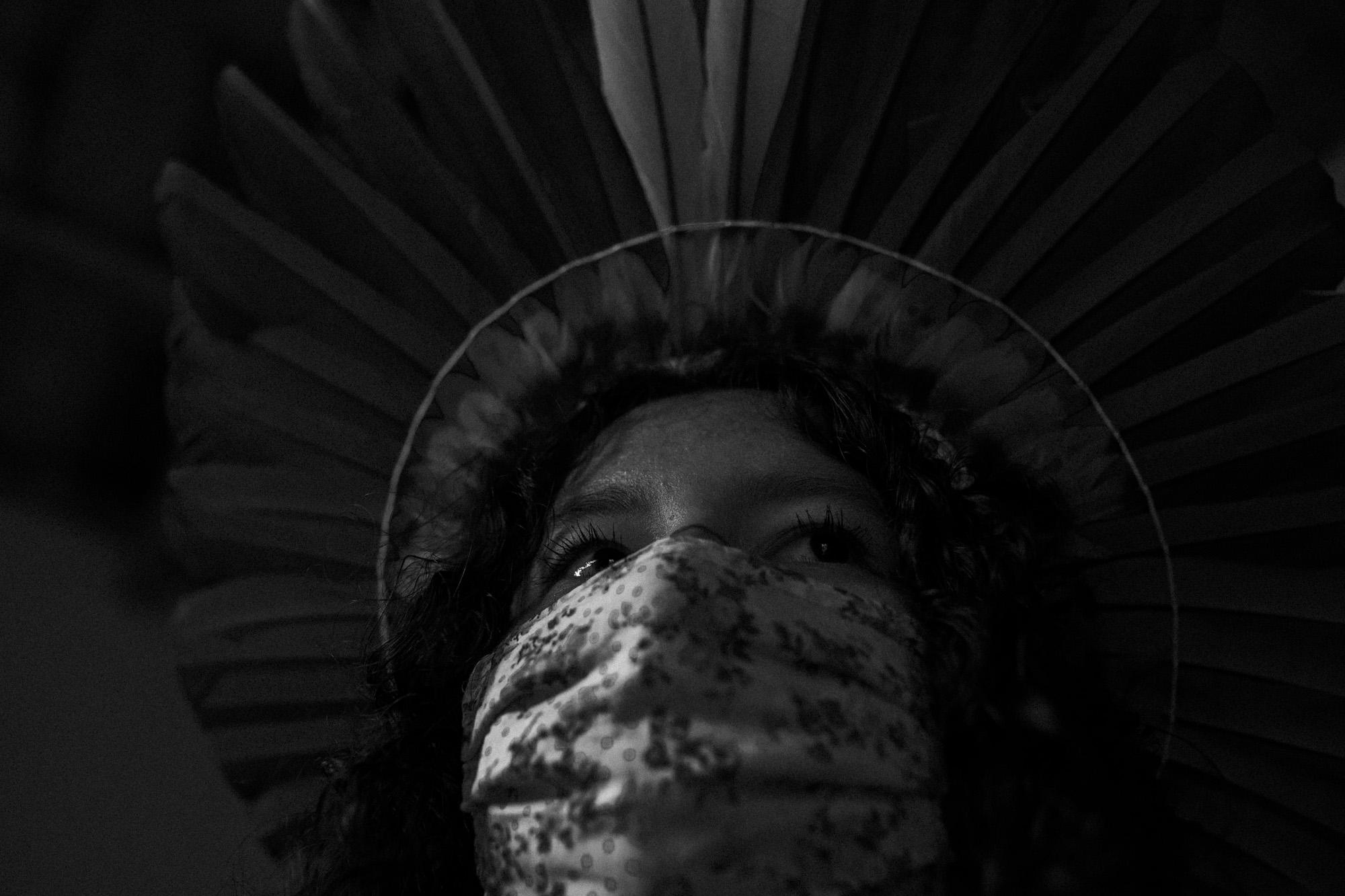 Hym'ba Sateré Mawé, da Associação de Mulheres Artesãs Sateré-Mawé, confecciona máscaras em Manaus: indígenas em áreas urbanas sem apoio (Foto: Raphael Alves/Ensaio Insulae/Amazônia Real)
