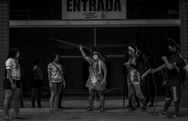 Protesto de indígenas em frente à hospital em Manaus: falta de ações preventivas para barrar avança da covid-19 em aldeias e comunidades (Foto: Raphael Alves/Ensaio Insulae/Amazônia Real)
