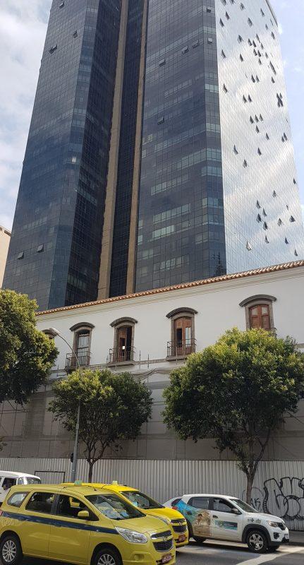 O Convento do Carmo e o Edifício Cândido Mendes , construído: agressão à arquitetura e ao patrimônio na visão dos urbanistas (Foto: Oscar Valporto)