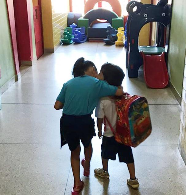 Raul com a irmã na escola de educação infantil em Belo Horizonte antes da pandemia: saudade da aulas (Foto: Arquivo Pessoal)