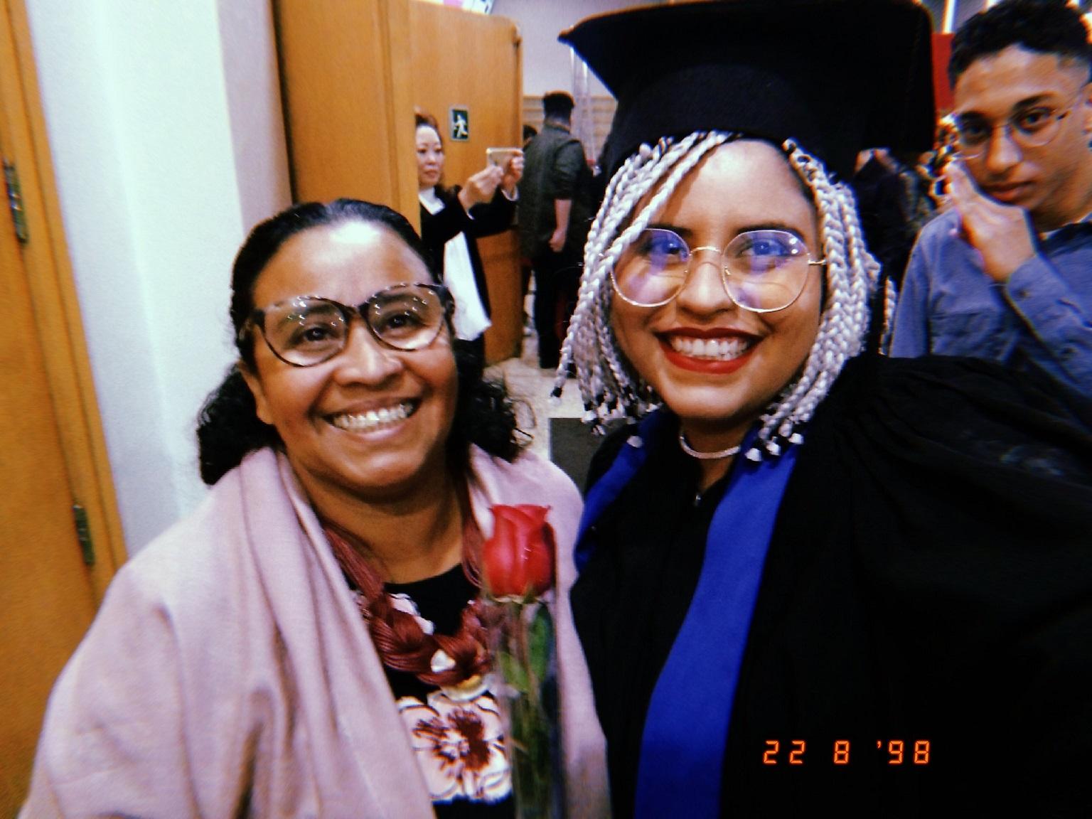 Joana D'arc, professora há 11 anos, ao lado da filha (Arquivo Pessoal)