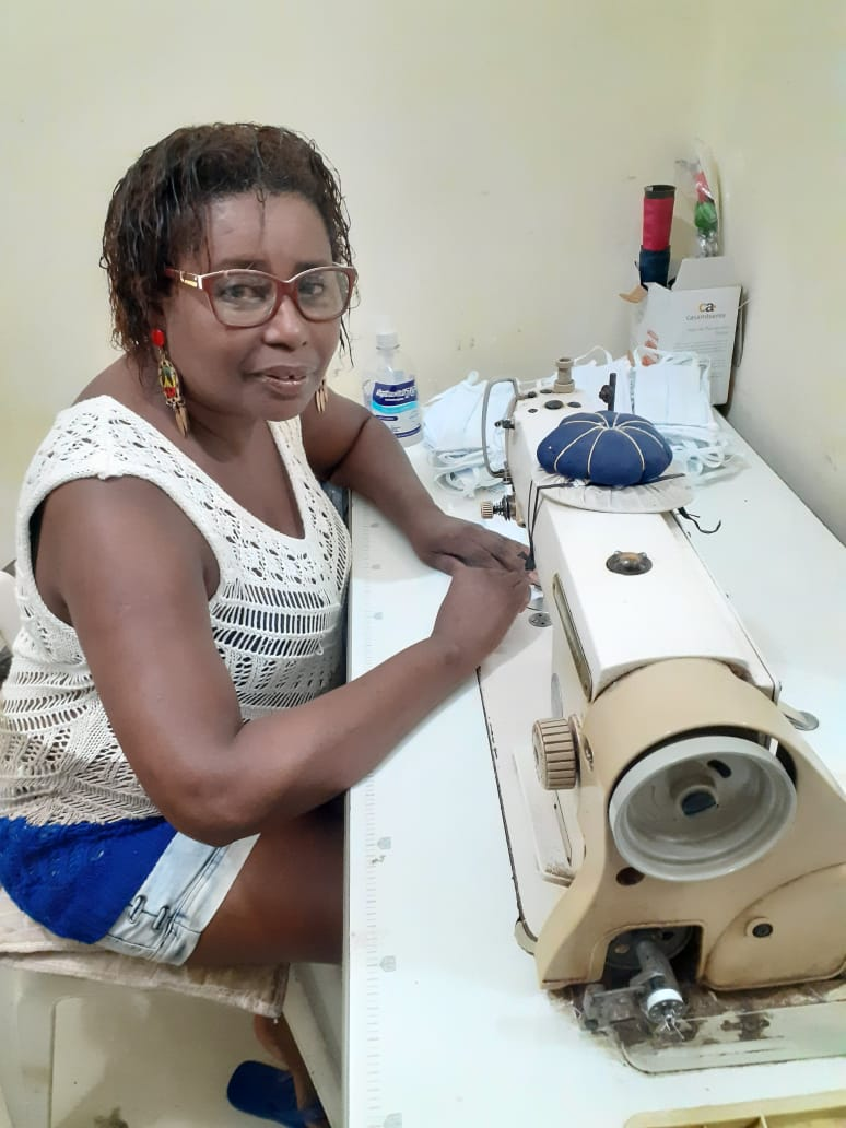 Trabalhadoras negras da Maré: Gina, costureira que se reinventa com as vendas online do Bazar da Malluh. Foto do arquivo pessoal