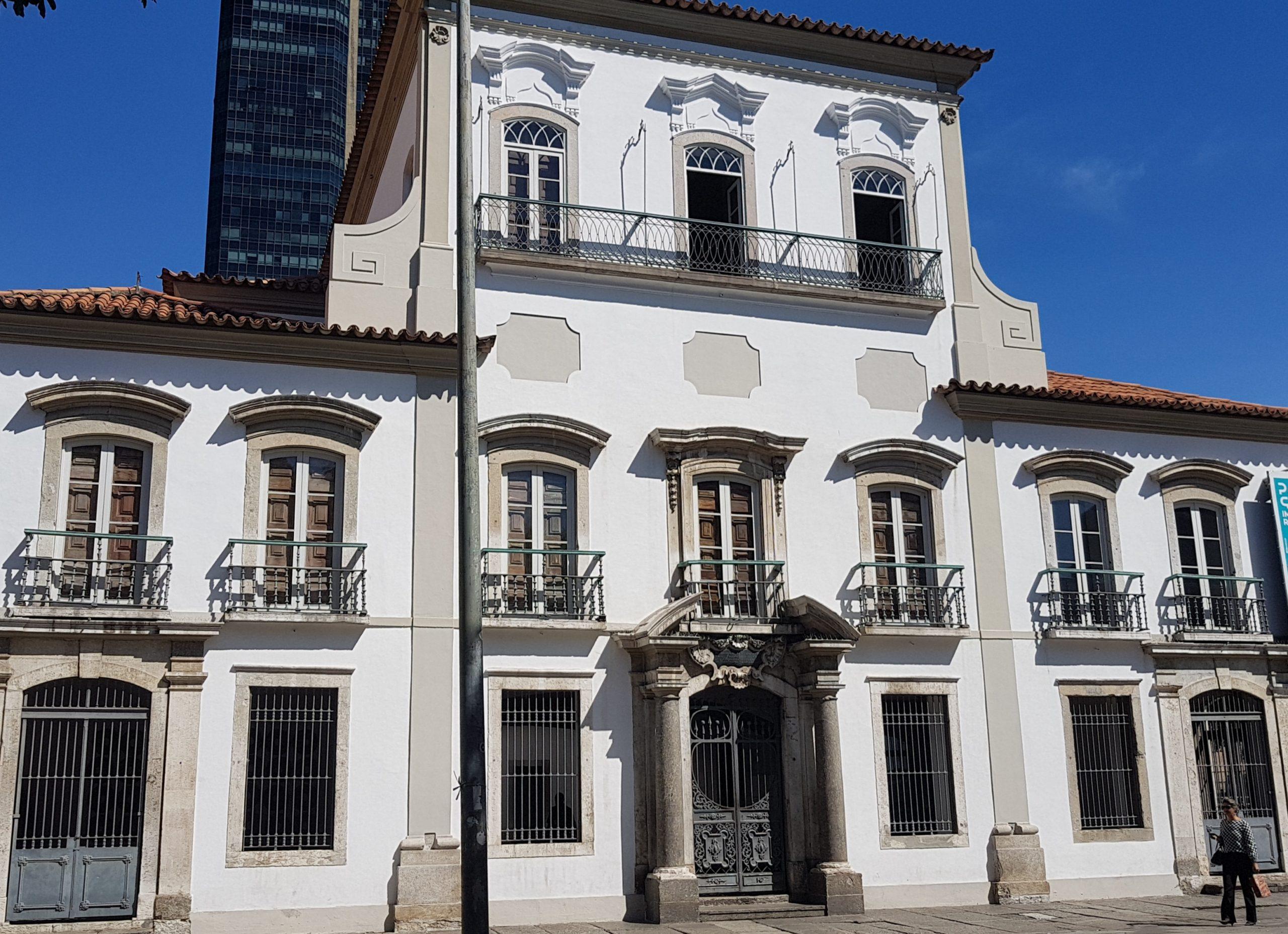 O Paço Imperial (de 1743), na Praça XV, com o prédio de 42 andares ao fundo: área histórico com agressão urbana (Foto: Oscar Valporto)