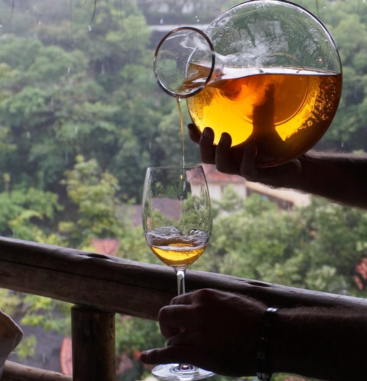 Vinho branco com cor alaranjada da vinícola Era dos Ventos: estranheza inicial, com a maior exposição às cascas da uva, foi dando lugar a sucesso com sommeliers e consumidores (Foto: Divulgação)