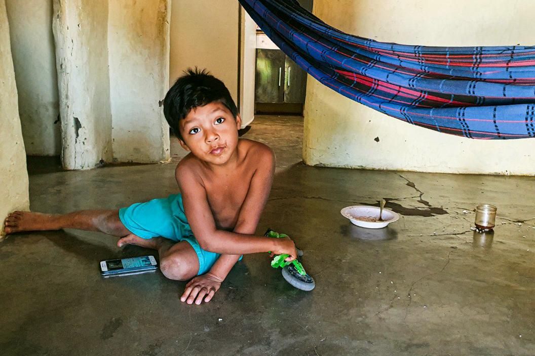Henrique, de 5 anos, brinca com o celular em casa: rotina escolar interrompida e lições impressas (Foto: Felipe Azevedo/Lição de Casa)