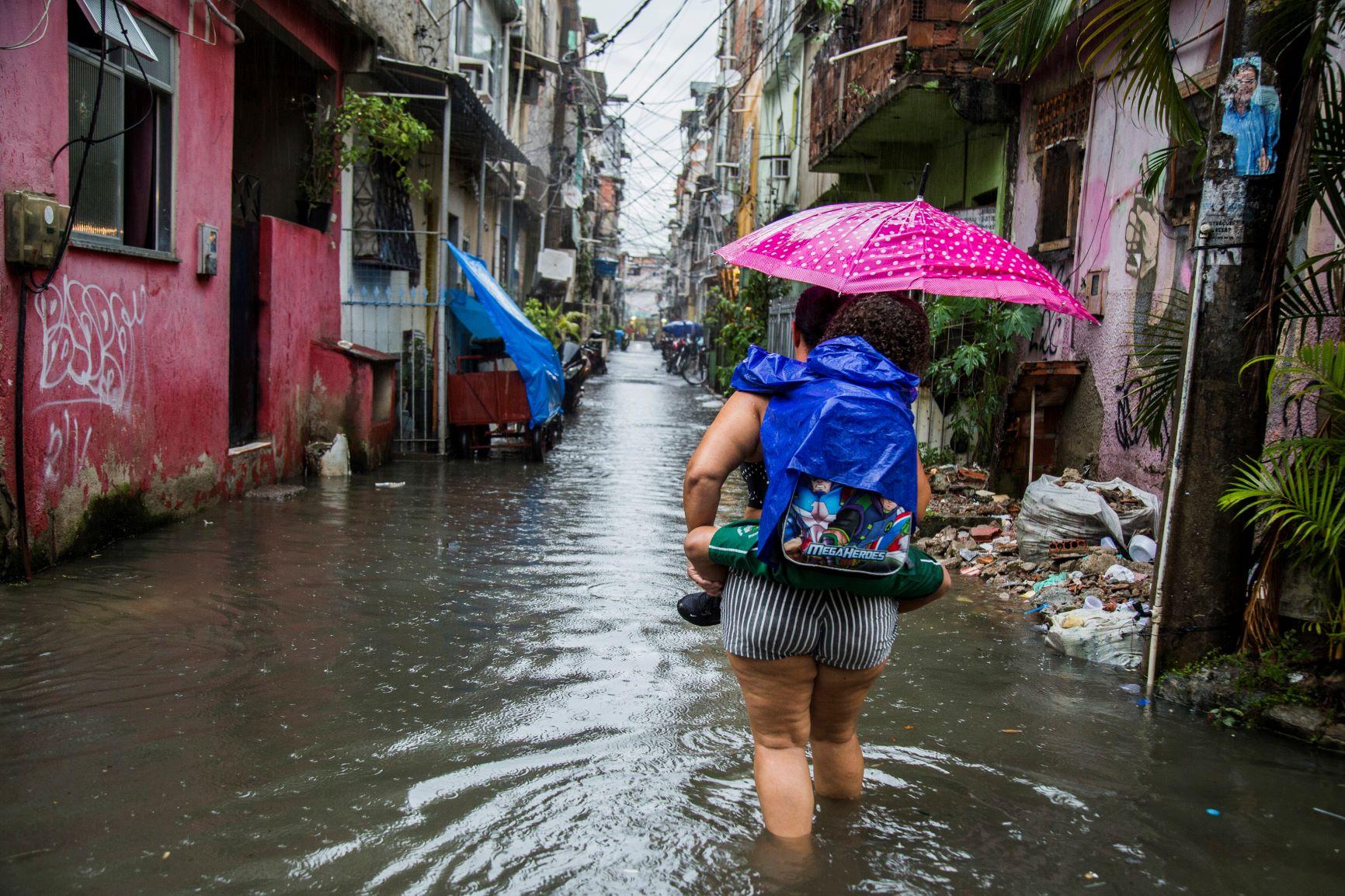 Maré inundada pela chuva: falta de estrutura de saneamento e coleta de lixo precária prejudicam moradores e poluem Baía de Guanabara (Foto: Elisângela Leite/Casa Fluminense)