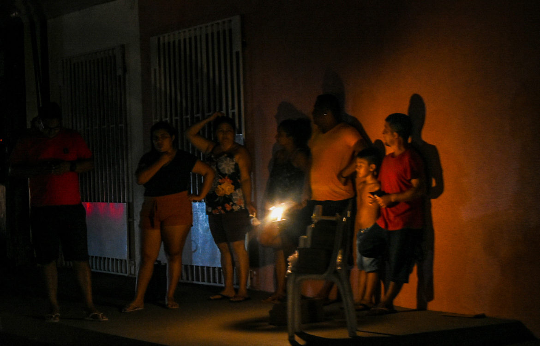 Moradores de Macapá à luz de lampião: com calor acima de 35 graus, população passa parte da noite na rua (Foto: Rudja Santos/Amazônia Real)