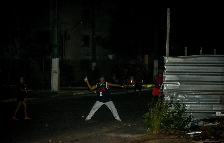Morador de Macapá atira pedra durante protesto contra a falta de energia na noite de sexta-feira: dias de tumulto em todo o Amapá ((Foto: Rudja Santos/Amazônia Real)