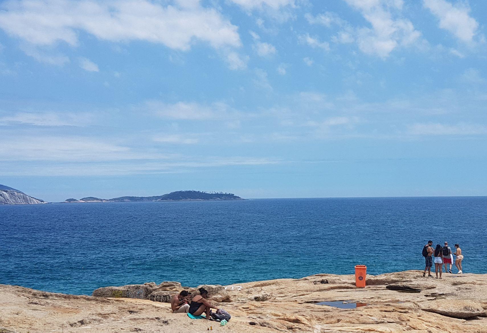 Baleias - indiretamente responsáveis pelo batismo da Pedra do Arpoador no século 19 - são agora muito raras neste trecho de mar até as Ilhas Cagarras (Foto: Oscar Valporto)