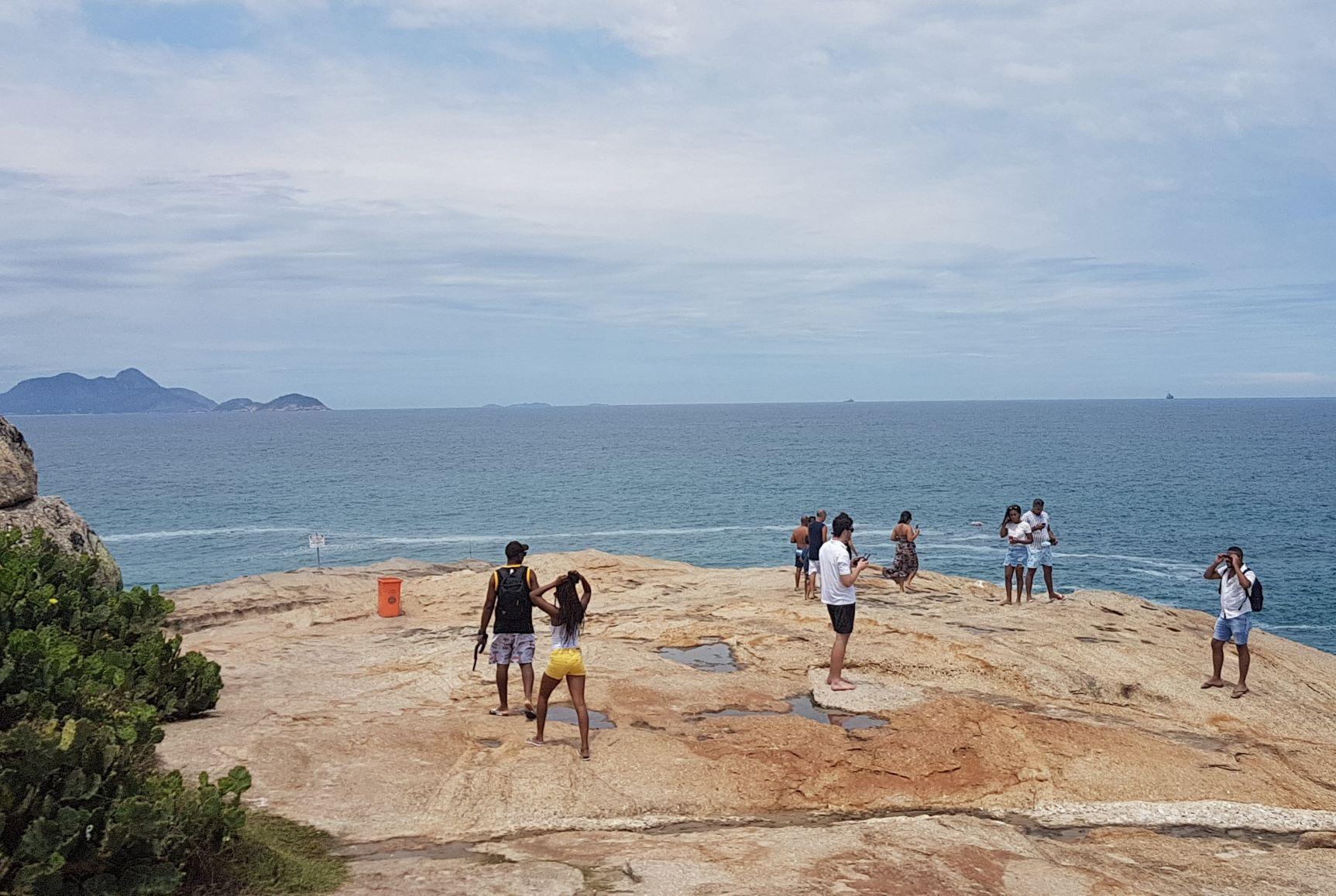 Turistas na ponta da Pedra do Arpoador: lugar ganhou o nome por ser ponto de encontro de caçadores de baleias quase dois séculos atrás (Foto: Oscar Valporto)