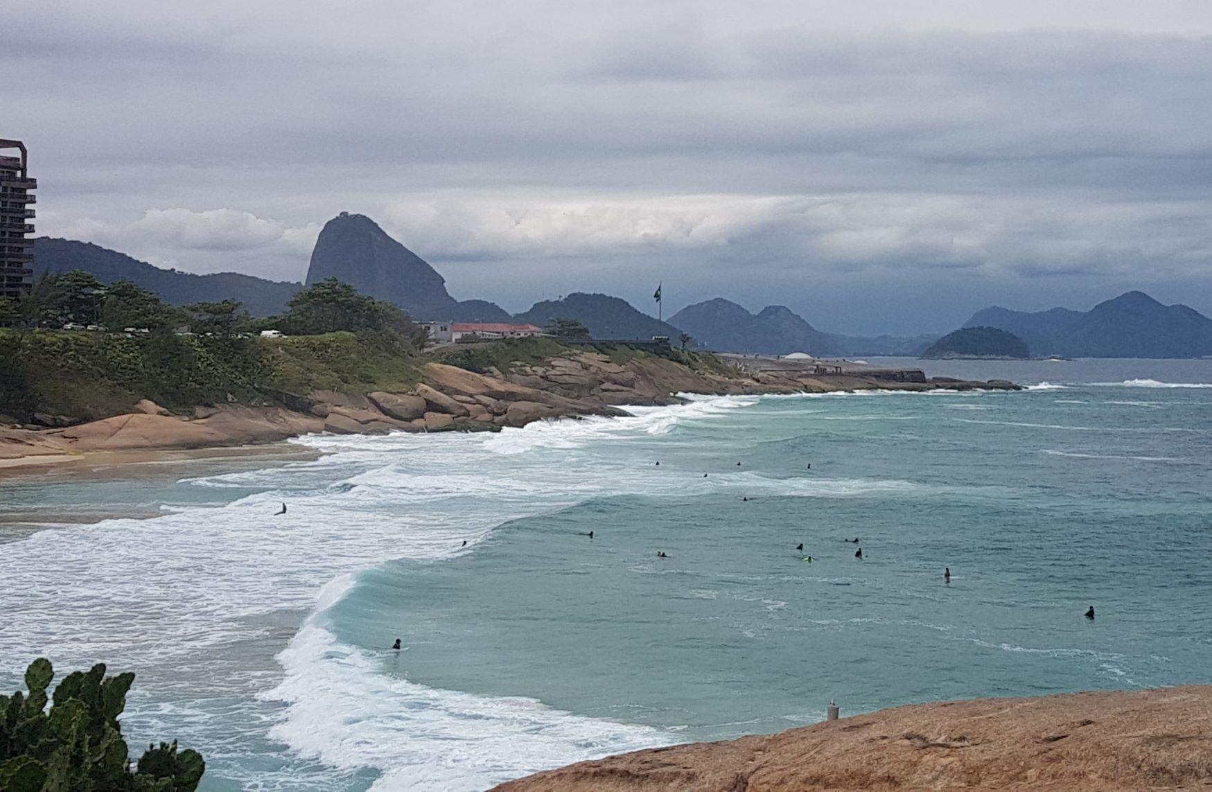 Surfistas na Praia do Diabo, onde a vista da pedra alcança o Forte Copacabana e o Pão de Açúcar: pranchas no mar são parte do cenário há 60 anos (Foto: Oscar Valporto)