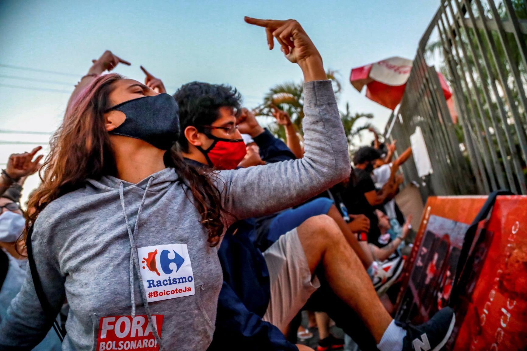 Manifestação na porta do Carrefour em Porto Alegre: protesto contra racismo e palavras de ordem por boicote ao supermercado (Foto: Silvio Ávila/AFP)