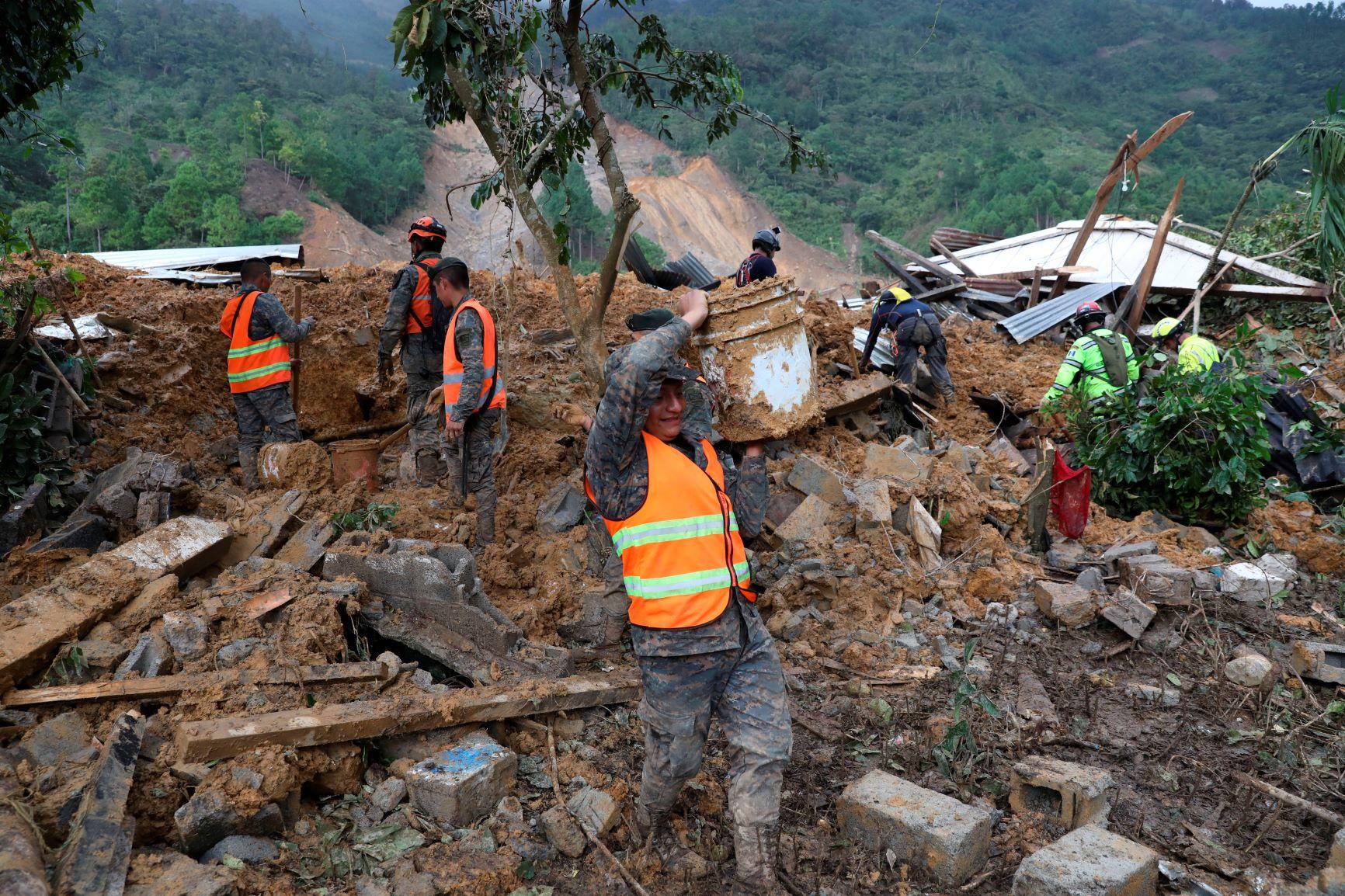 Soldados e bombeiros tentam resgatar sobreviventes após deslizamento de terra na passagem do furacão Eta pela Guatemala: pelo menos, 150 mortos e desaparecidos no município de San Cristóbal Vazques (Foto: Esteban Biba/AFP)