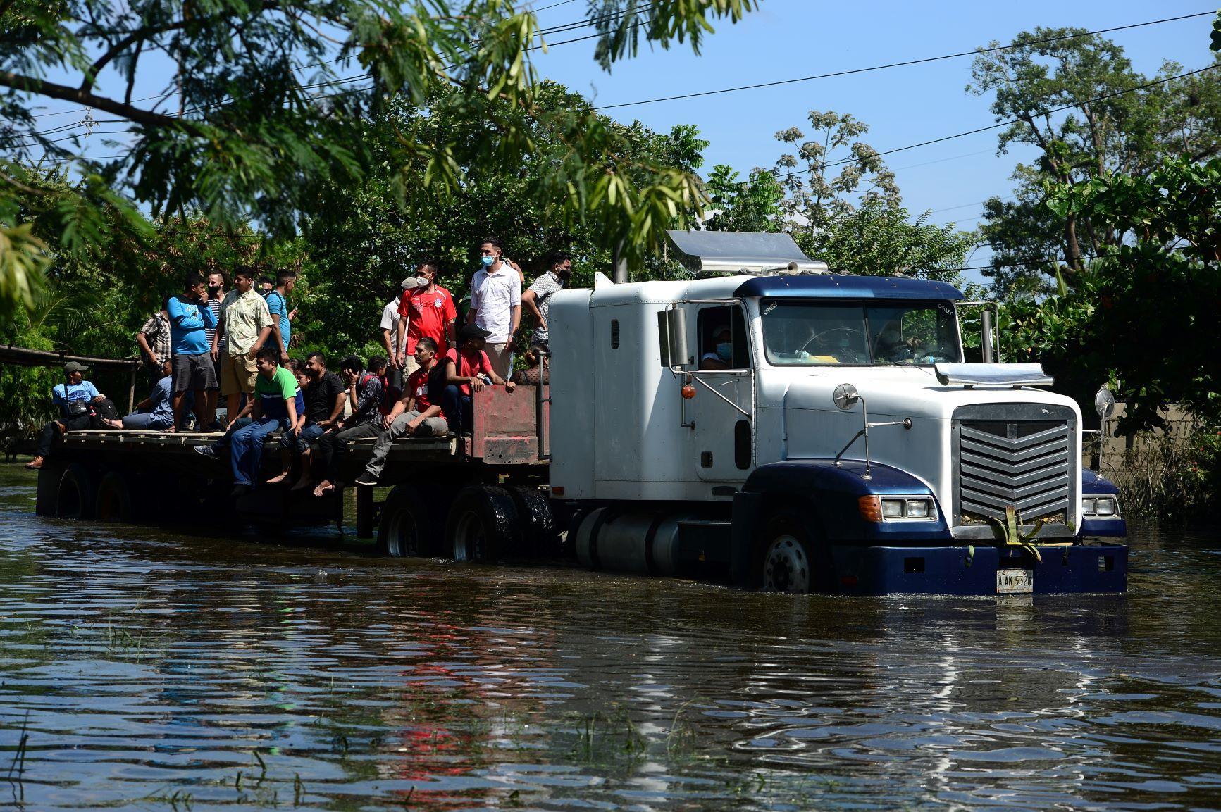 Resgate dos moradores em Honduras após passagem do Eta, que deixou 300 mil desabrigados na América Central: com este furacão, Atlântico Norte alcançou a marca recorde de 29 furacões no ano (Foto: Orlando Sierra/AFP)
