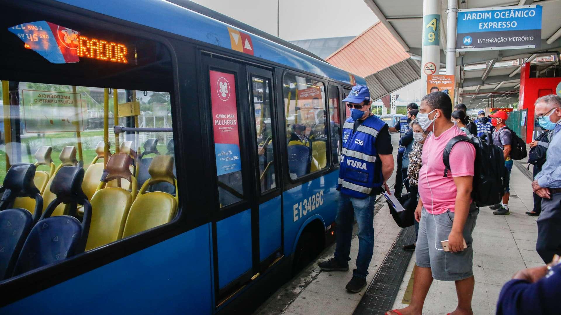 Fiscais da Prefeitura do Rio acompanham embarque em terminal do BRT: relatório aponta que sistema BRT tem apenas dois ônibus circulando para cada cinco que deveriam estar atendendo a população (Foto: Rhavinne Vaz/Prefeitura do Rio)