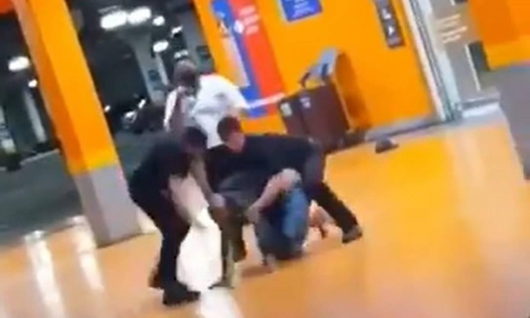 Vídeo flagra espancamento até a morte de cliente negro em supermercado de Porto Alegre: homicídios contra negros sobem no país (Foto: Reprodução)