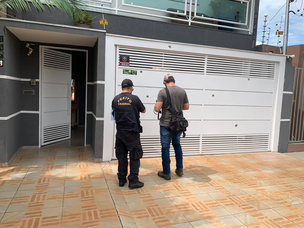 Peritos analisam tiros no portão da residência de Fabiana Galvão (MDB), candidata à prefeitura de Ribas do Rio Pardo (MT): atentado na porta de casa (Foto: Divulgação)