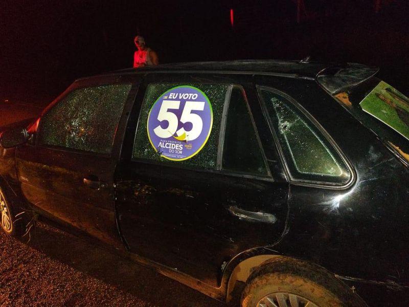 O carro de Alcides do Som (PSD), prefeito candidato à reeleição em Castanheiras (RO), alvejado por tiros: denúncias contra corrupção com envolvimento de vereadores (Foto: Divulgação)