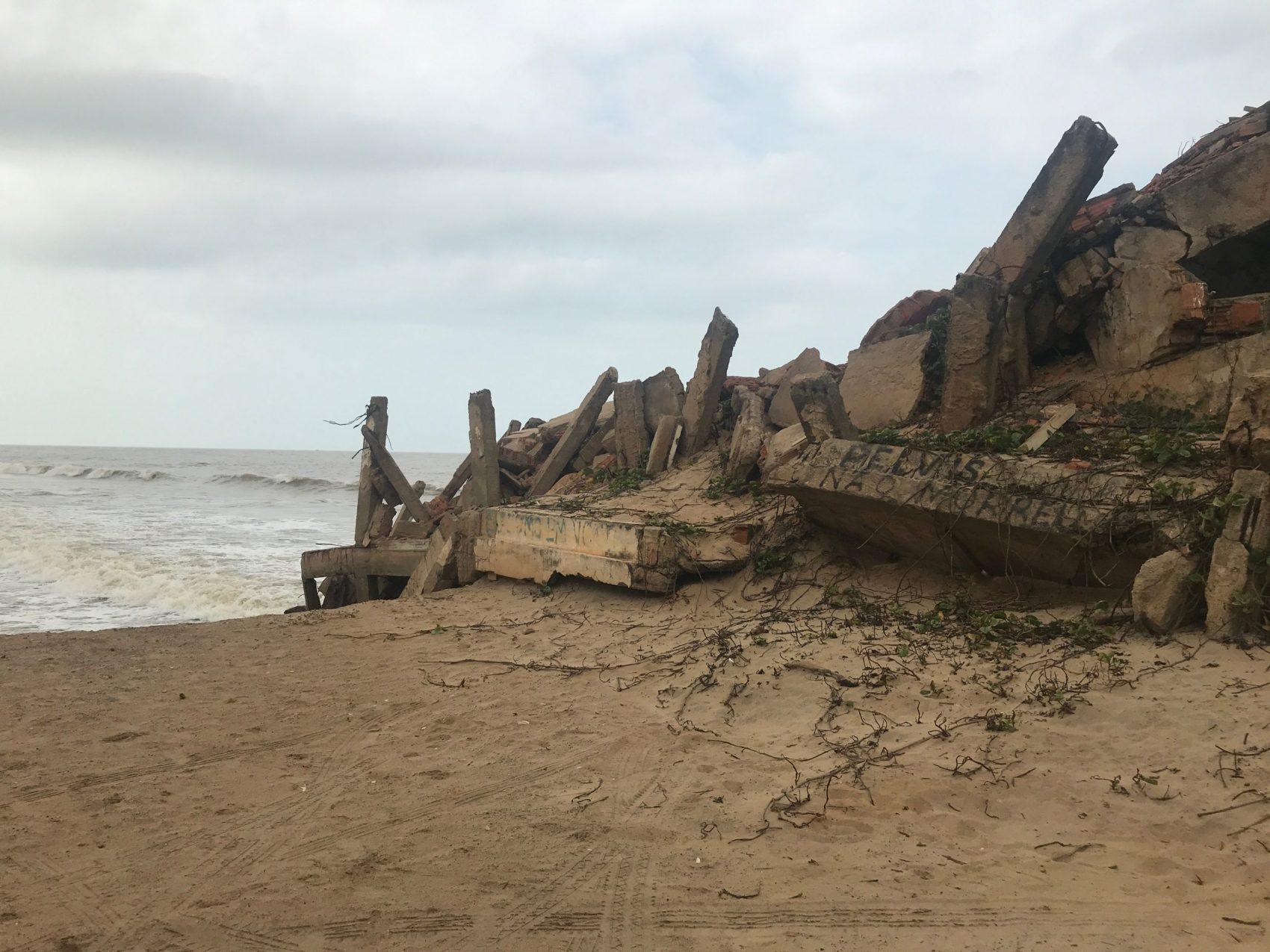 Restos de casas destruídas pelo mar em Atafona: combinação de erosão costeira e mudanças climáticas (Foto de Oscar Valporto)