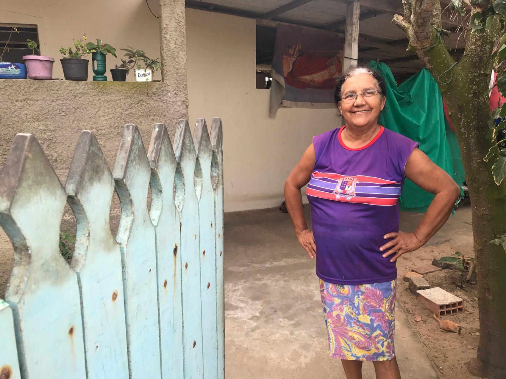 """O mar já visitou a casa de Mary Lúcia onde os móveis estão sobre caixas plásticas: """"Nesses dias, ninguém dorme, fica todo mundo andando pela rua. O mar é engraçado, tem hora que ele tá lá longe, daqui a pouco ele tá jogando aqui pertinho"""" (Foto: Carolina Gomes)"""