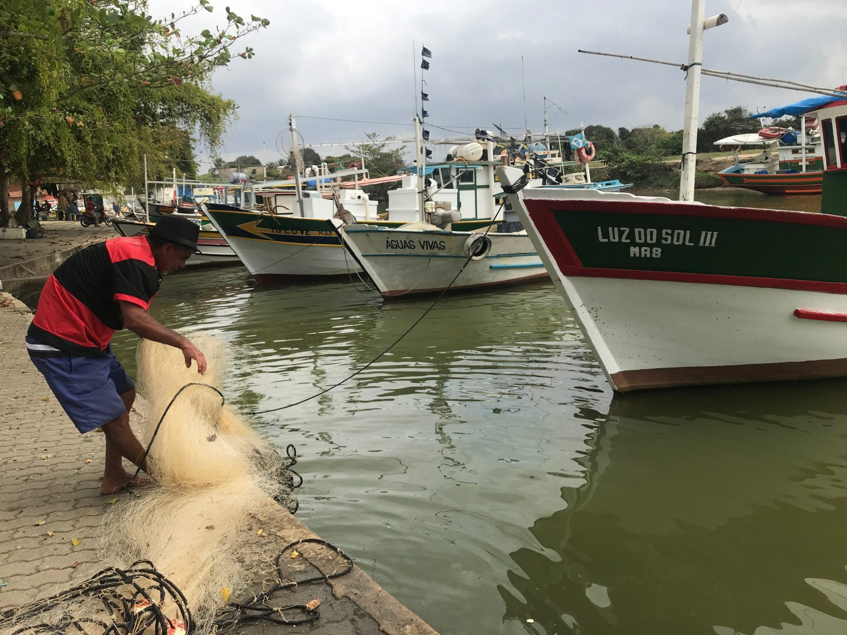 O pescador Nilson Ferreira e o drama de quem está sofrendo com a mudança climática: fechamento da foz do Rio Paraíba do Sul dificulta ainda mais a vida de quem vive da pesca (Foto: Carolina Gomes)