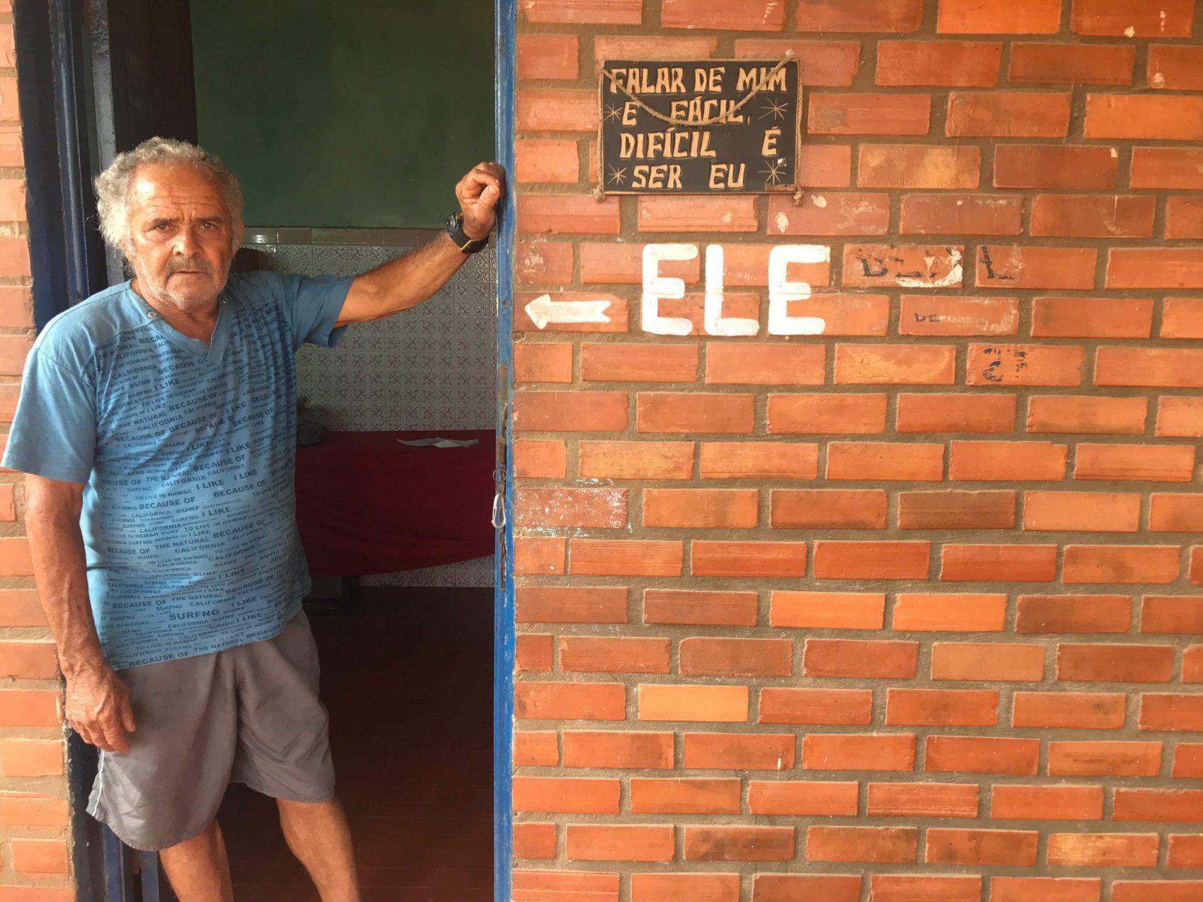 Ronaldo Cravo, em entrevista pouco antes de sua morte: duas casas e o bar perdidos para o mar em Atafona (Foto: Carolina Gomes)