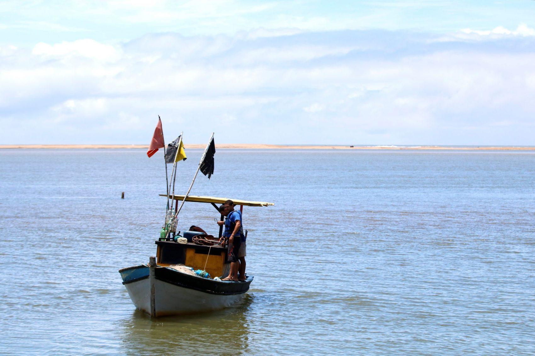 Barco de pesca na foz do Rio Doce: análise de micro-organismos indica que pescado também pode estar contaminado por metais pesados (Tânia Rego/Agência Brasil)