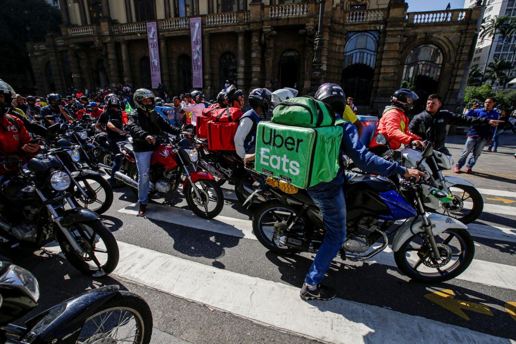 Protesto de entregadores por aplicativo em São Paulo: trabalho informal cresce no Brasil e em todo o mundo (Foto: Suamy Beydoun/AGIF/AFP)