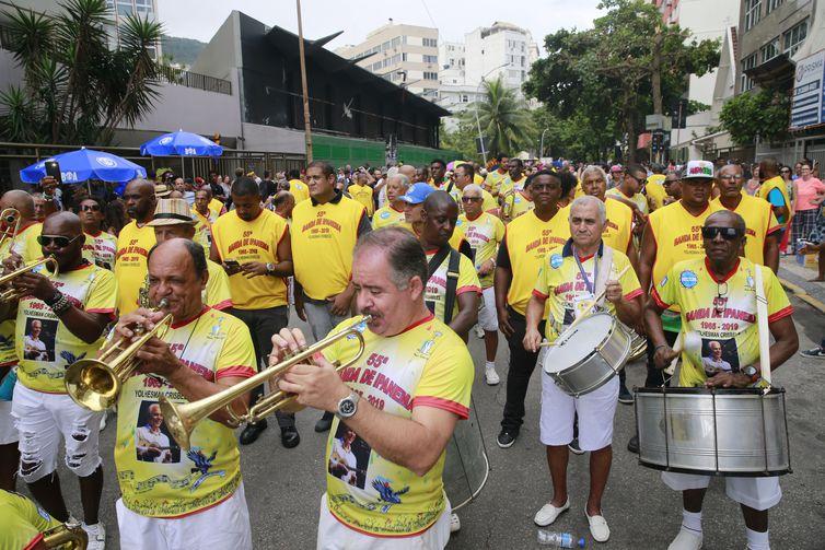 Concentração para o 55º desfile da Banda de Ipanema em 2019: bloco nascido durante a ditadura cultiva irreverência e diversidade (Fernando Ferraz/Agência Brasil)