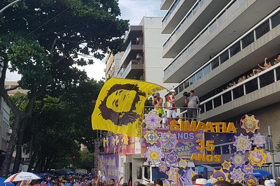 Bandeira com a imagem de Marielle Franco, vereadora carioca assassinada por milicianos, no alto do caminhão do Simpatia: crítica política e juras de amor ao Rio (Foto: Oscar Valporto)