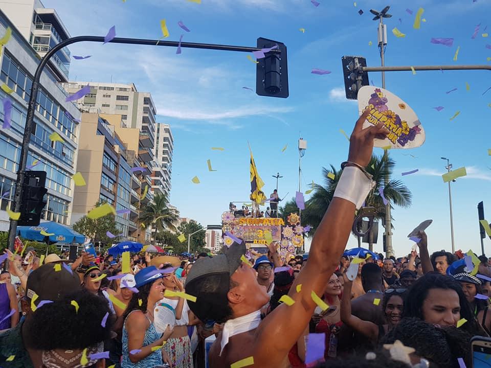 Desfile em amarelo e lilás do Simpatia é Quase Amor em 2019: bloco promete resistir à determinação de mudança do horário tradicional (Foto: Oscar Valporto)